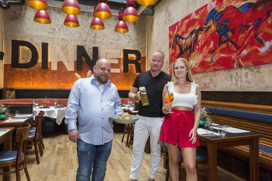 """Sind stolz auf den neuen """"Schwan"""": Betriebsleiter Jens Päßler (47, v.l.), Wirt Maik Kosiol (55) und seine Tochter Kim (21)."""