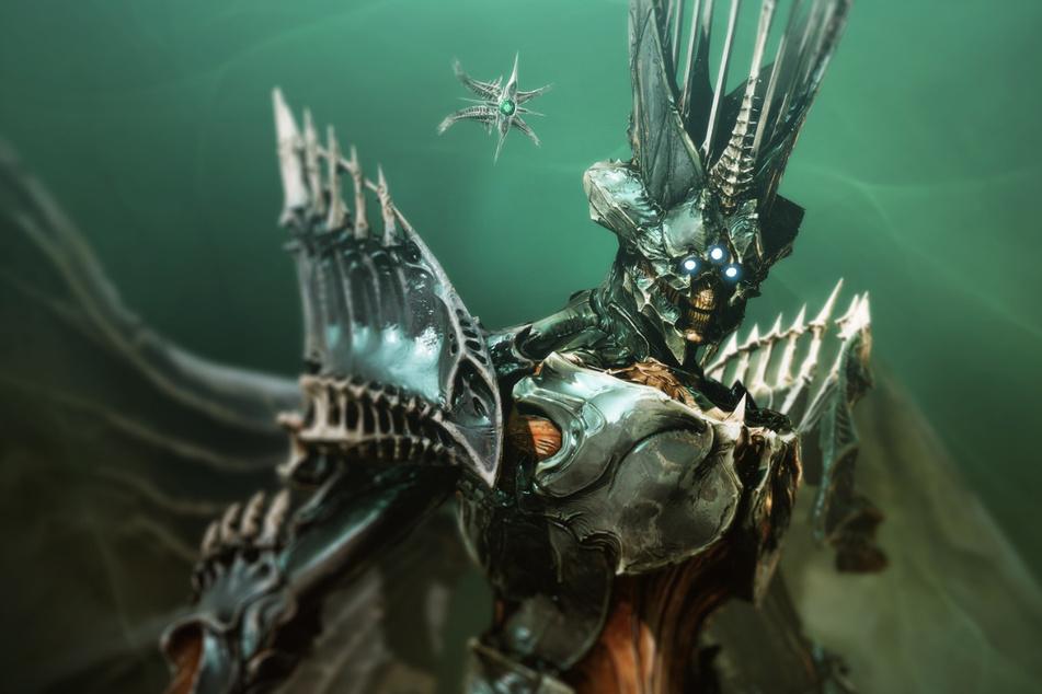 """Im neuen """"Destiny 2""""-DLC """"The Witch Queen"""" nehmt Ihr es endlich mit der Hexenkönigin Savathun auf! Wachsame Augen bemerken auf diesem Bild auch gleich den fiesen Ghost, der da hinter ihr schwirrt."""