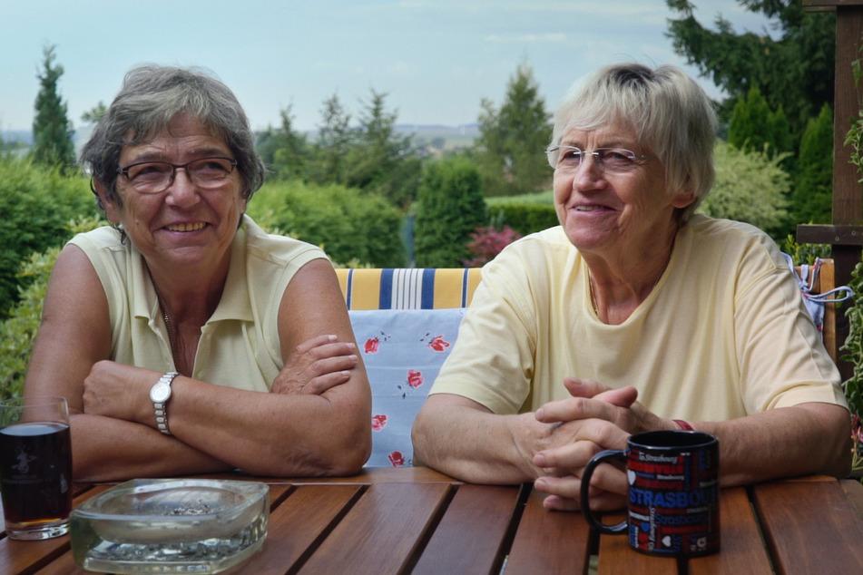 Langzeit-Pärchen Sabine (l.) und Gisela aus Sachsen-Anhalt lernten sich kennen und lieben, als Gisela noch mit einem Mann verheiratet war.