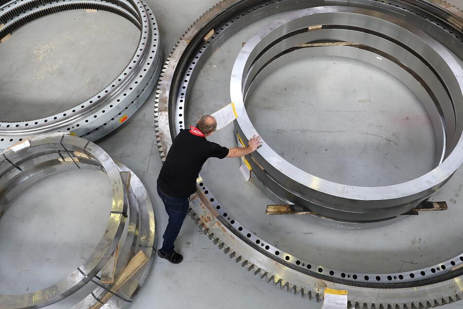 In der Deutsche Großwälzlager GmbH (DGWL) kontrolliert der Fertigungsleiter zu bearbeitende Teile von Großwälzlagern.