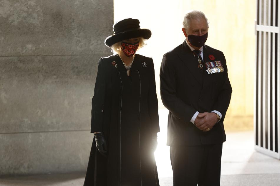 Prinz Charles (72) mit seiner Frau Camilla (73) beim Volkstrauertag am 11. November in Berlin. Die Royals müssen nun den Verlust der Partnerin von Camillas Sohn verkraften.