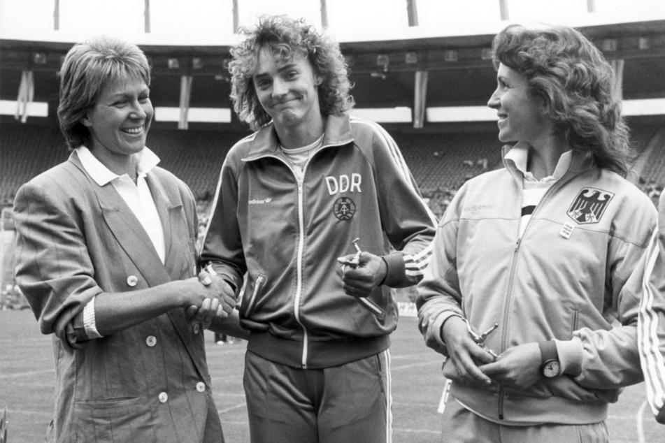Drechsler (M.), hier als Siegerin eines Wettbewerbs im Jahr 1988, war eine der gefeiertsten Sportlerinnen in der DDR.