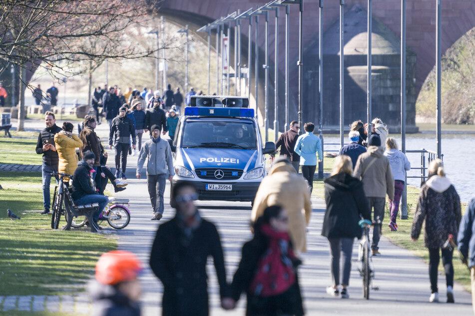 Ein Lautsprecherwagen der Polizei macht Spaziergänger darauf aufmerksam, dass Menschenansammlungen über zwei Personen zur Eindämmung des Risikos einer Infektion mit dem Coronavirus verboten sind.