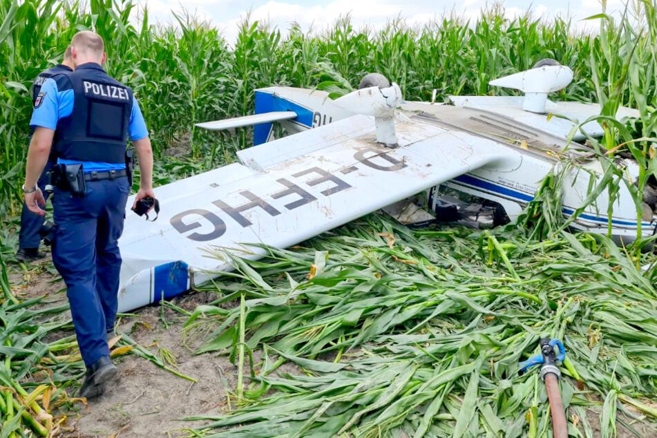 Kleinflugzeug muss in Maisfeld notlanden: Zwei Männer im Krankenhaus!