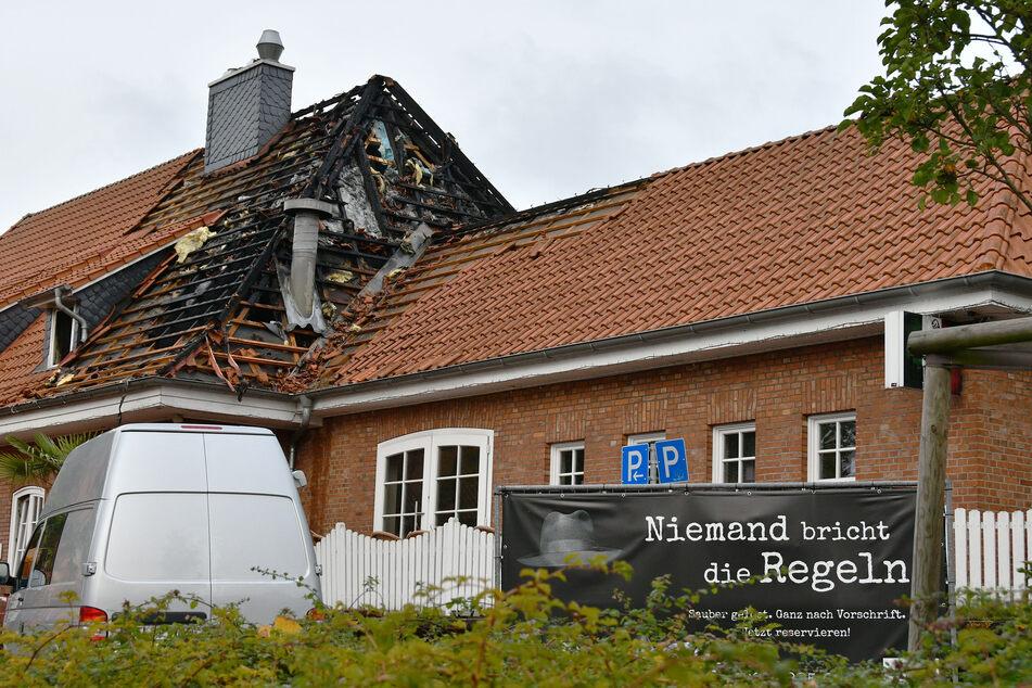 Ein Polizeiwagen steht vor dem Restaurant in Ganderkesee, das durch Brandstiftung zerstört worden ist.