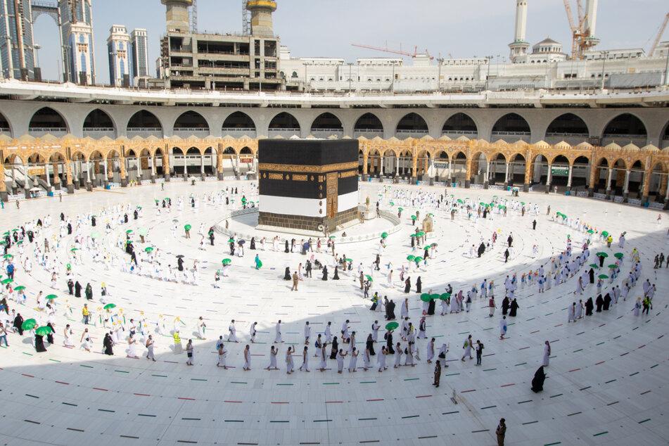 Mekka: Gläubige umrunden die Kaaba in der Großen Moschee mit Sicherheitsabstand.