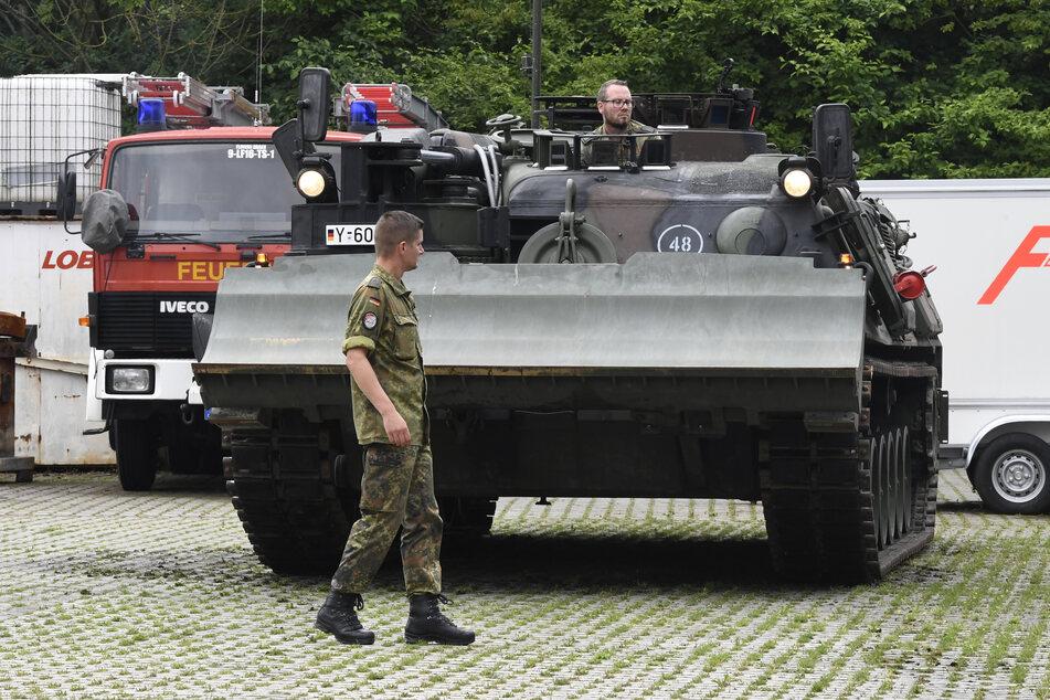 Bundeswehrsoldaten bringen einen Pionierpanzer Luchs in Hagen in Stellung, um bei der Beseitigung der Schäden zu helfen, die die Überflutung der Nahmer gestern Abend mit sich gebracht hat.