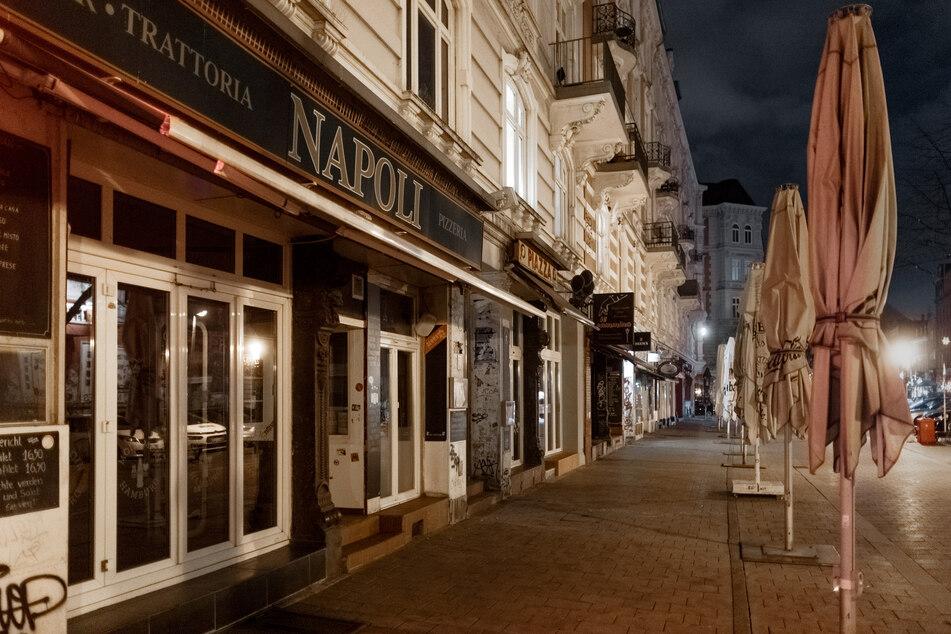 Der Bürgersteig vor den Restaurants und Bars am Schulterblatt im Schanzenviertel ist bereits zu Beginn der Ausgangssperre menschenleer. (Archivbild)