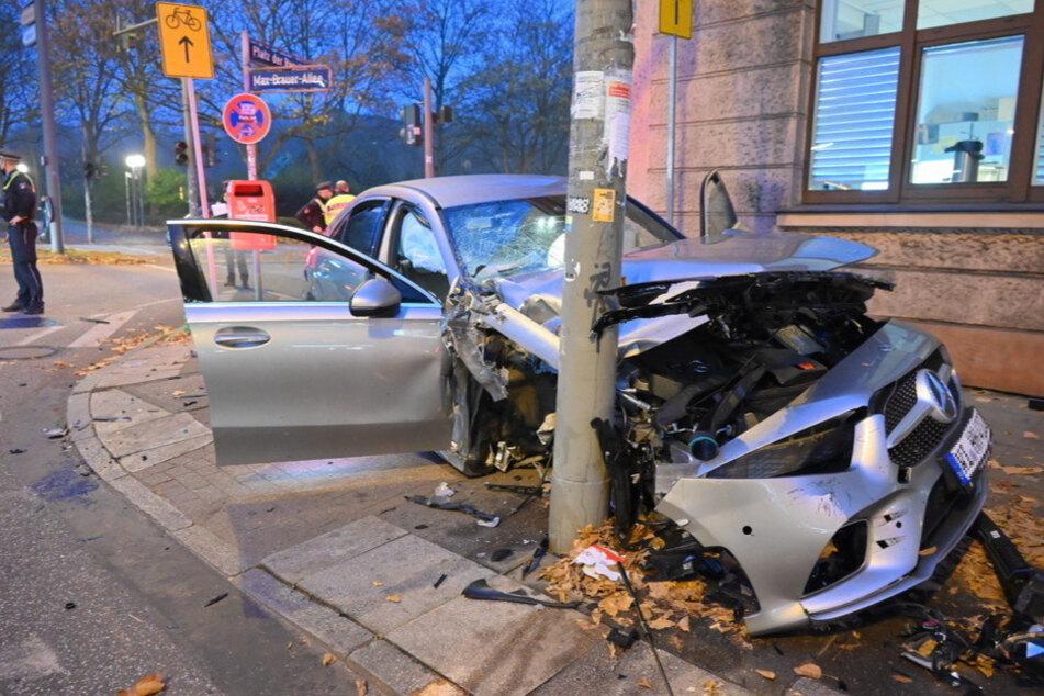 Schwerer Crash nach Ampelausfall: Autos schleudern über Kreuzung