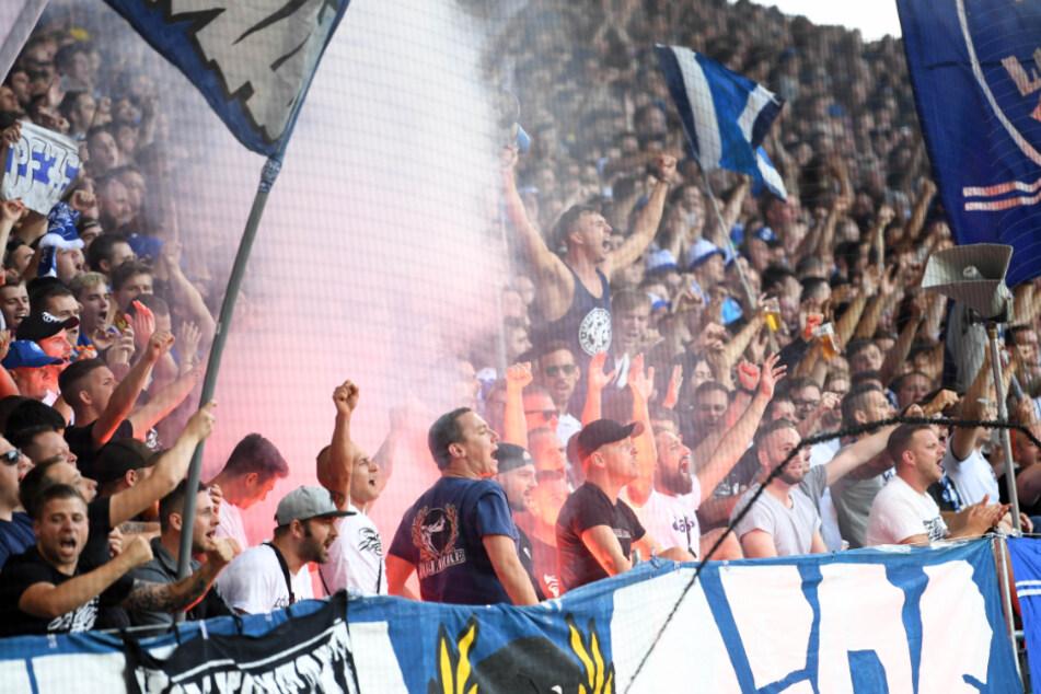 August 2019, DFB-Pokal, Karlsruher SC - Hannover 96, 1. Runde im Wildparkstadion. Karlsruher Fans bejubeln den 2:0 Sieg ihrer Mannschaft.