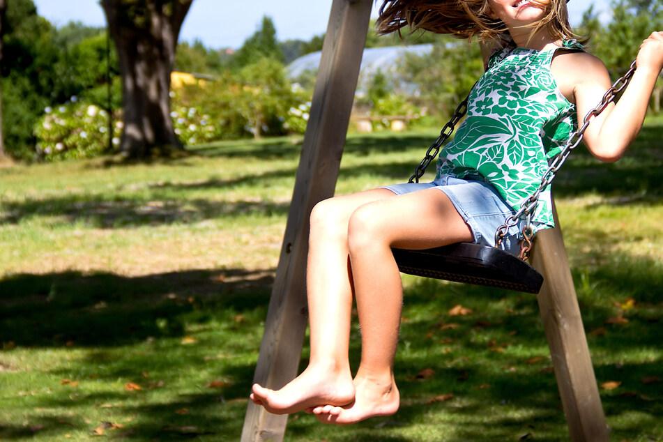 Mädchen (10) vergnügt sich auf Spielplatz: Als ein Mann auftaucht, wird es widerlich
