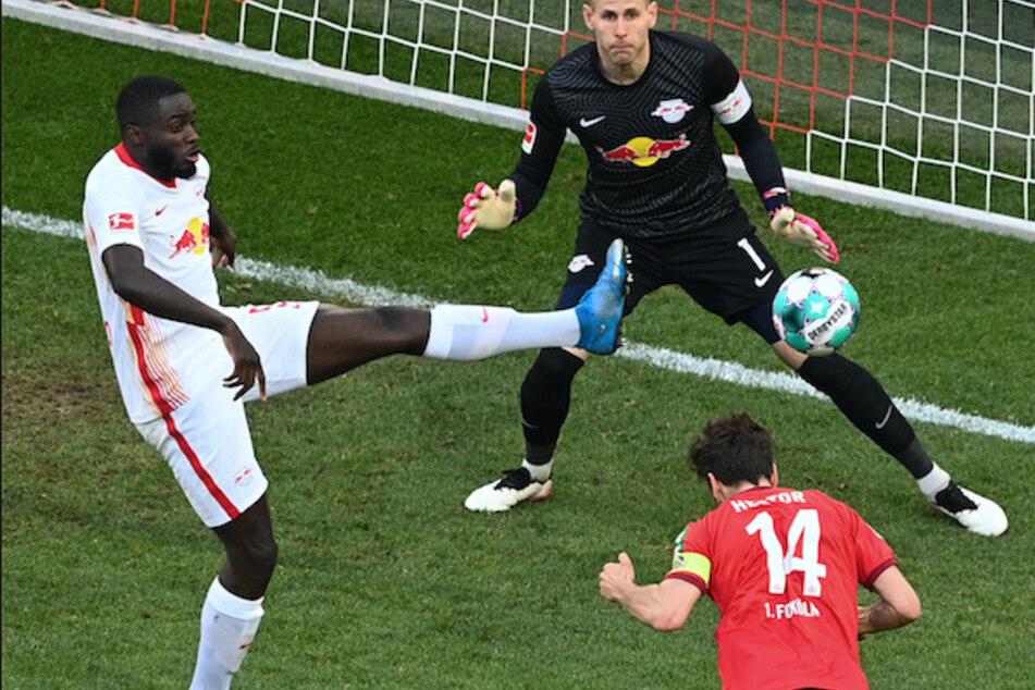 Kölns Mittelfeldspieler Jonas Hector erzielt das erste Tor seiner Mannschaft gegen Leipzigs Torwart Peter Gulacsi (oben).