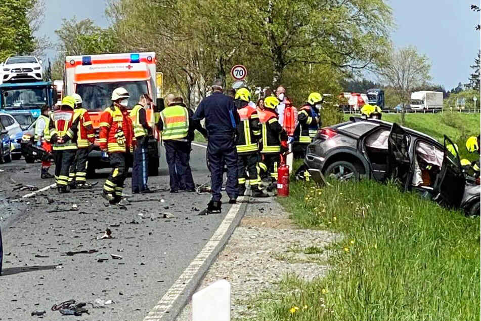 Bei einem frontalen Zusammenstoß mit einem Lastwagen auf der B173 ist in Bayern ein Autofahrer ums Leben gekommen.