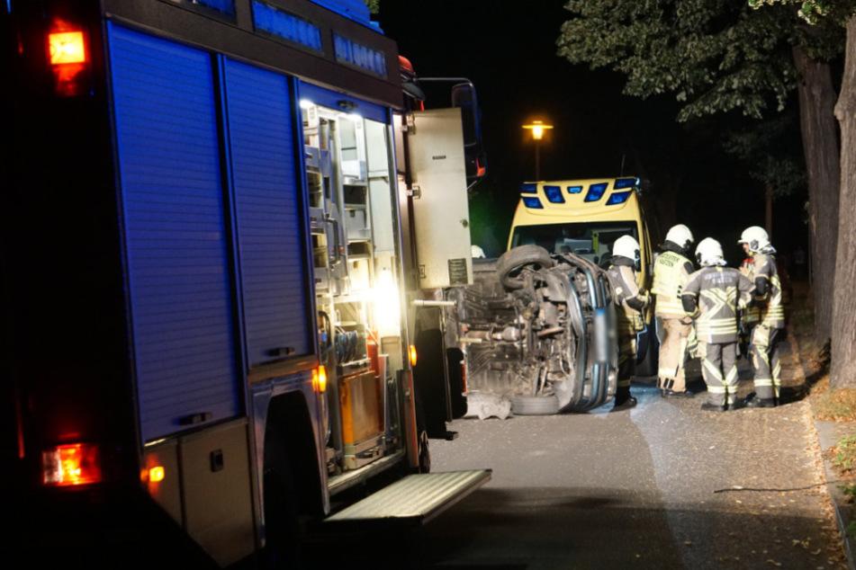 Die Einsatzkräfte kümmerten sich um den umgekippten Wagen.
