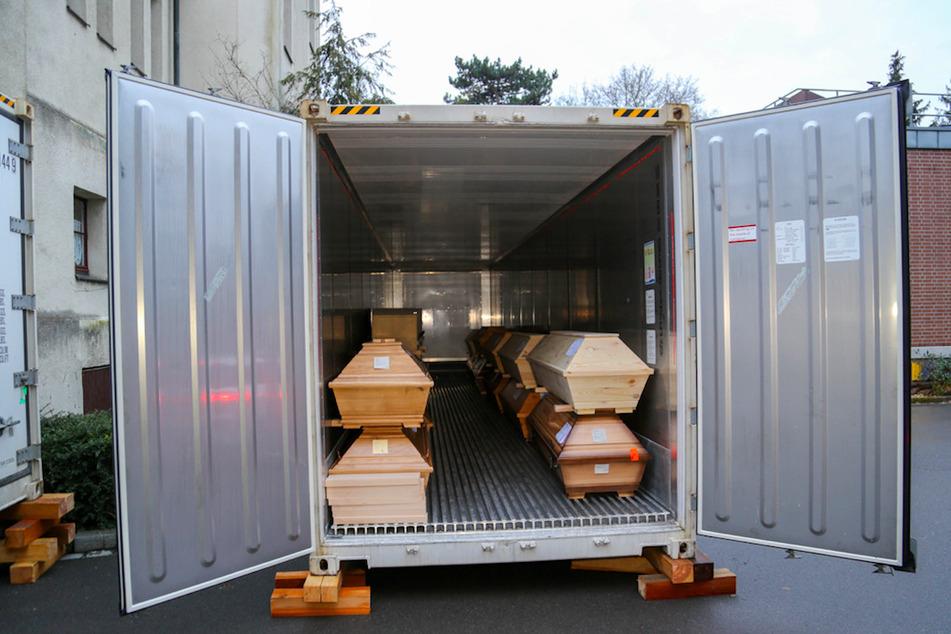 Ein geöffneter Kühlcontainer vor dem Nürnberger Krematorium zeigt die gelagerten Särge.