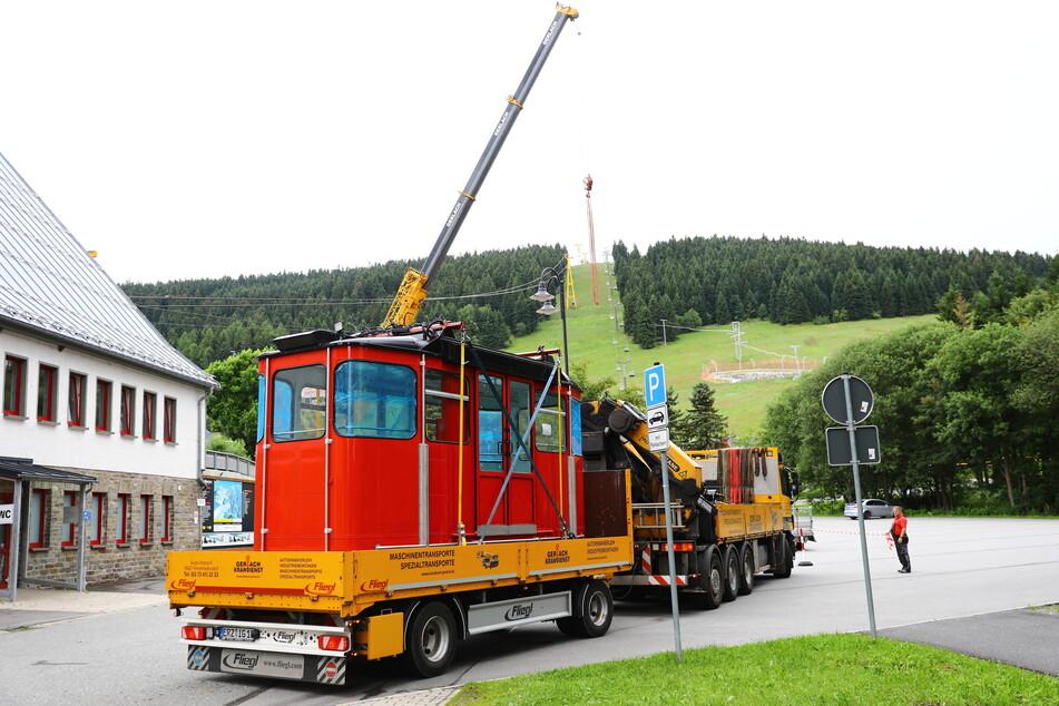 Ein Lkw mit Anhänger brachte eine Gondel der Fichtelberg-Schwebebahn zurück nach Oberwiesenthal.