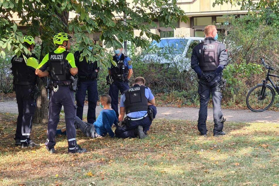 Die 50-Jährige Falschparkerin, die am Donnerstag mit einem Messer auf Polizeibeamte losging, soll sich bereits vor ihrer Attacke aggressiv gegenüber den Beamten verhalten haben.