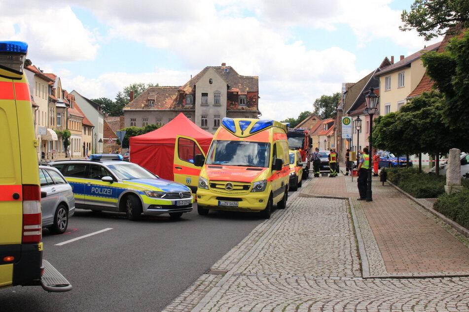 Mehrere Rettungskräfte und ein Kriseninterventionsteam waren nach dem Unfall am Martin-Luther-Platz in Pegau im Einsatz.