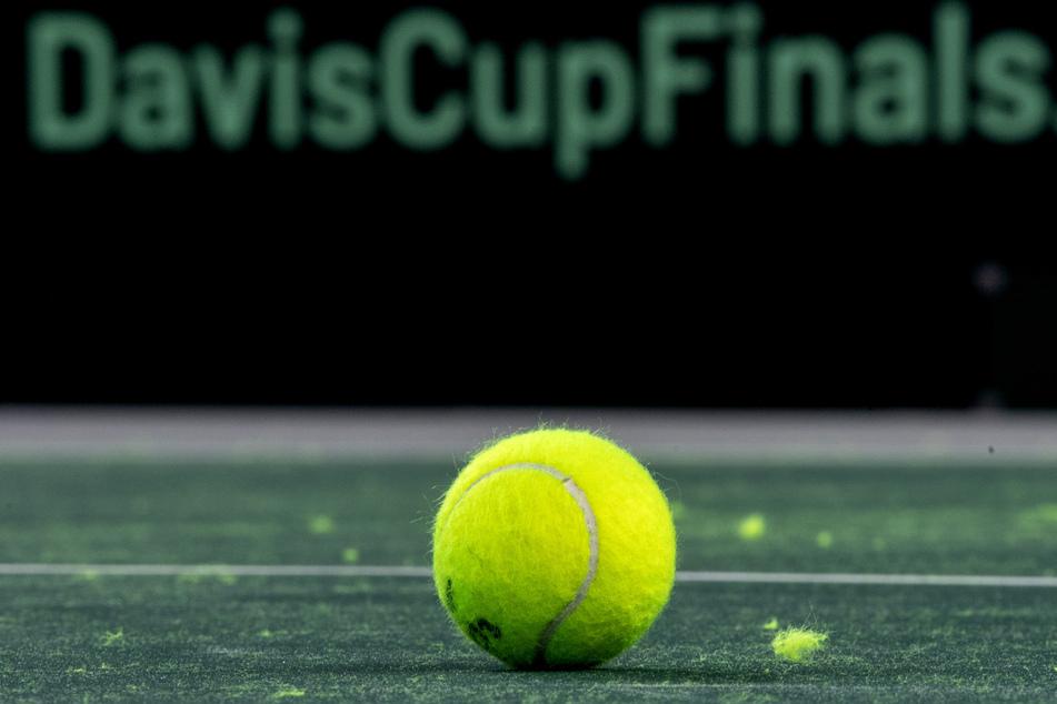 Ein Tennisball liegt auf dem Platz.