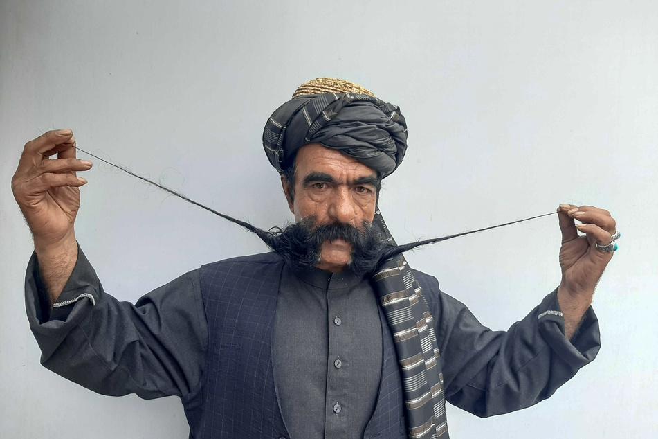 Der afghanische Schneider Schir Khan (50) zeigt seinen 60 Zentimeter langen Schnurrbart.