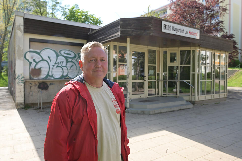 """Ex-""""Würfel""""-Leiter Jörg Schneider (55) vor dem früheren Jugendclub in der Wilhelm-Firl-Straße."""