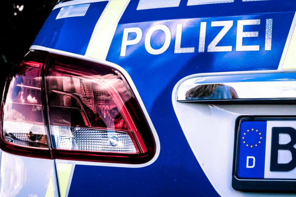 Berlin: Fahrdienstwagen kracht mit VW zusammen: Fahrgast (28) schwer verletzt