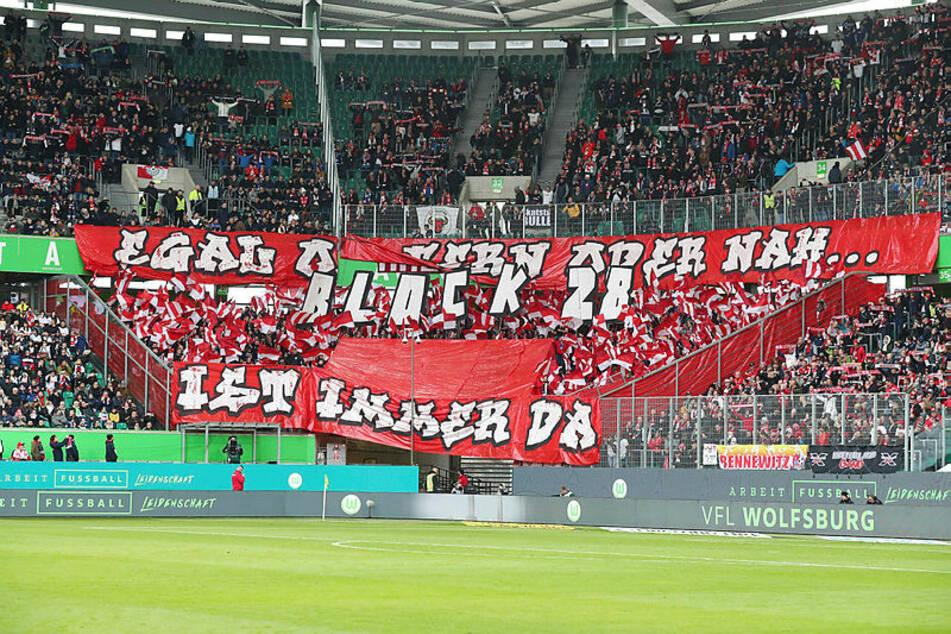 """""""Egal ob fern oder nah, Block 28 ist immer da"""", steht auf Transparenten der mitgereisten Leipziger Zuschauer."""