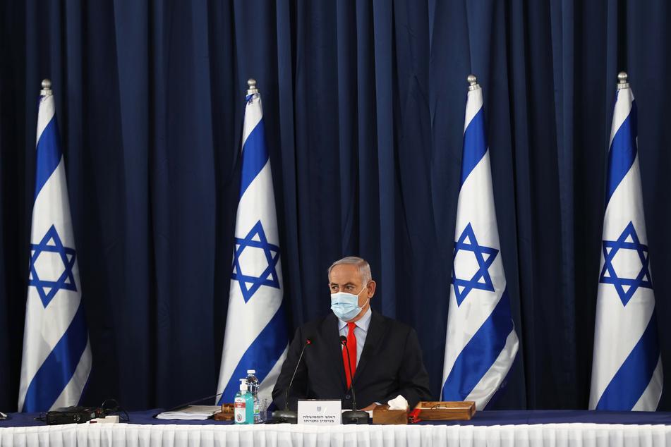 Der israelische Premier Benjamin Netanjahu trägt während der wöchentlichen Kabinettssitzung eine Maske.