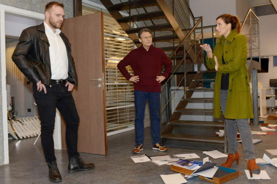 Erik (l.) hat sein Missgeschick als Einbruch bei W&L getarnt. Jo und Katrin setzen ihn davon in Kenntnis, dass er nicht dafür haftbar gemacht wird.