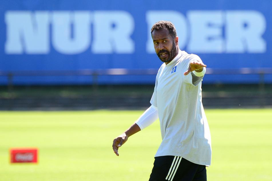HSV-Trainer Daniel Thioune gibt beim Training Anweisungen.
