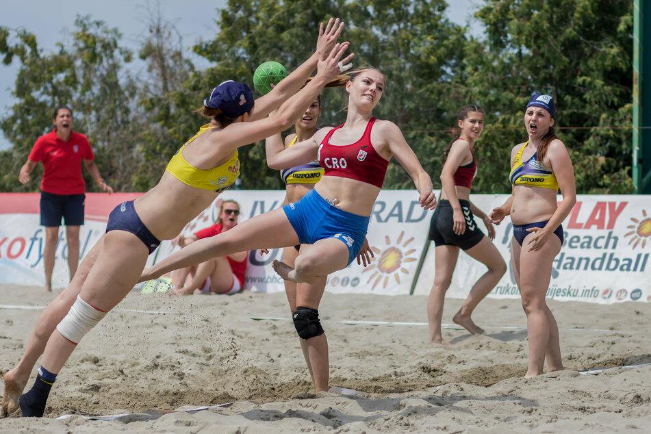 Ein kroatisches Beachhandballspiel aus dem Jahr 2017. Bikini-Shorts (l.) sind bei den offiziellen Meisterschaften erlaubt, kurze Höschen (M.) gelten jedoch als zu lang und sind daher verboten. (Archivbild)