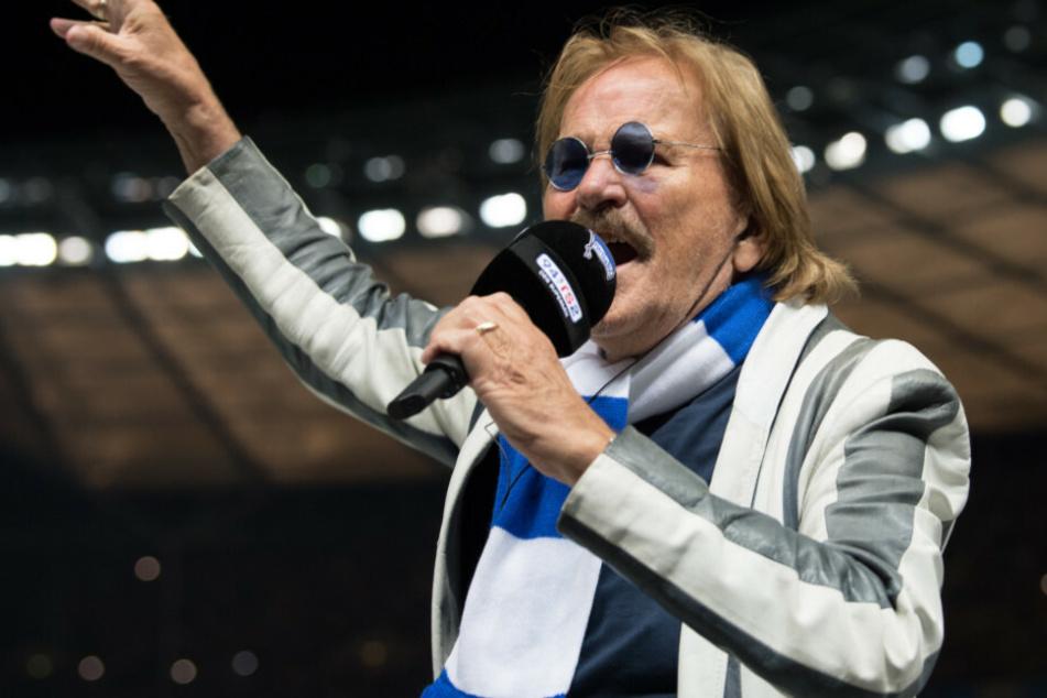 Frank Zander singt vor der Ostkurve die Stadionhymne.