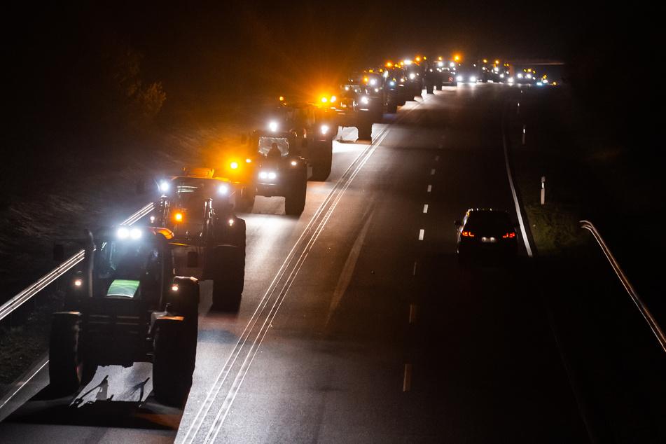 Rund 50 Traktorfahrer blockieren Zufahrt zu Supermarktlager