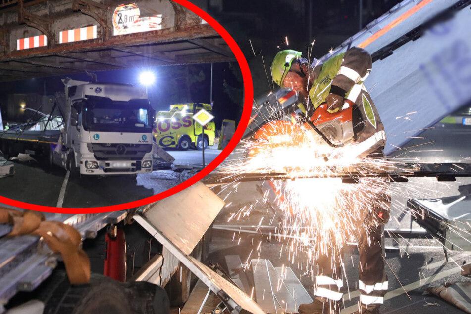 Lkw bleibt an Brücke hängen: Einsatzkräfte schneiden Brummi auseinander
