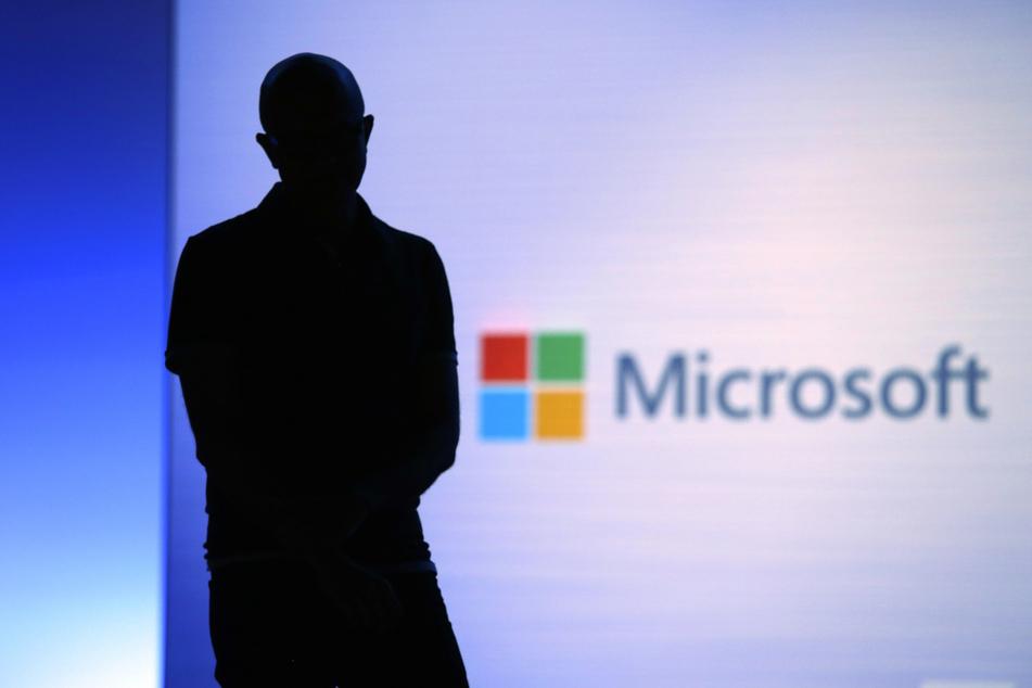 Satya Nadella, Vorstandsvorsitzender von Microsoft, schaut während seiner Präsentation ein Video an (Archivbild).