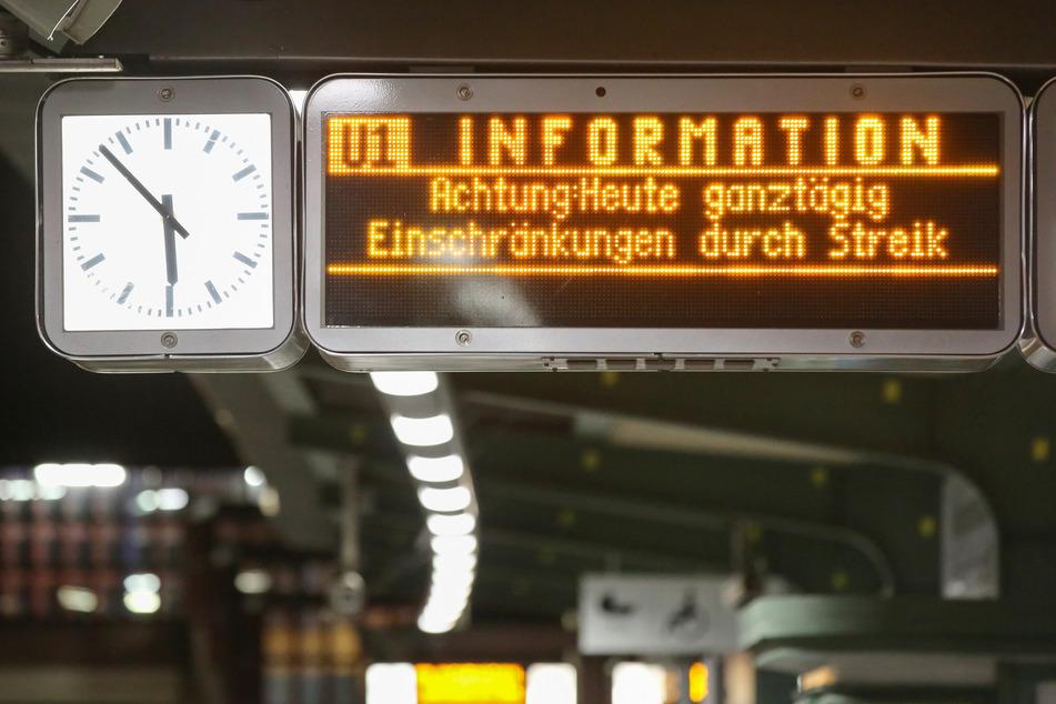 Auf einer Anzeigetafel am U-Bahnhof Kellinghusenstraße wird auf den Warnstreik im öffentlichen Dienst hingewiesen.