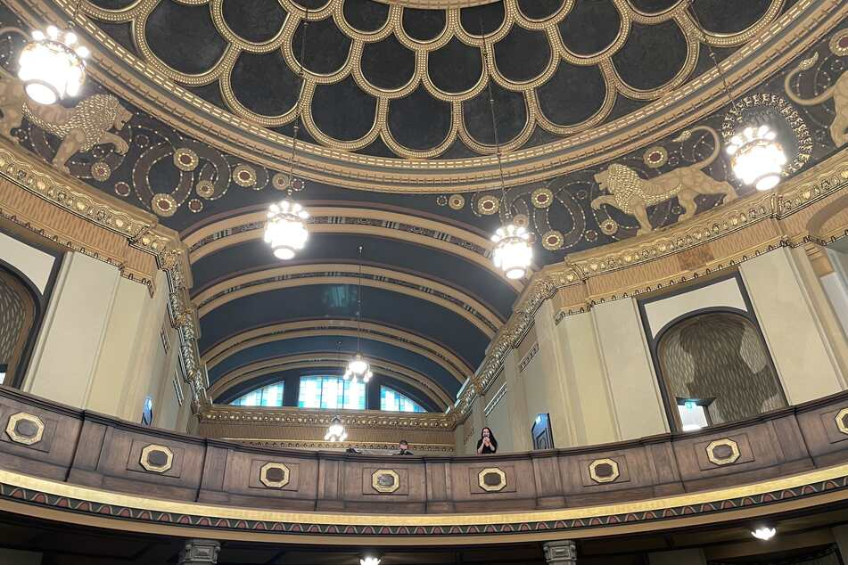 Die Frauenempore ist ein eigener Bereich für die Frauen im Gottesdienst. Sie befindet sich Innenraum der Synagoge über den Sitzplätzen unten. Darüber: der Löwenfries.