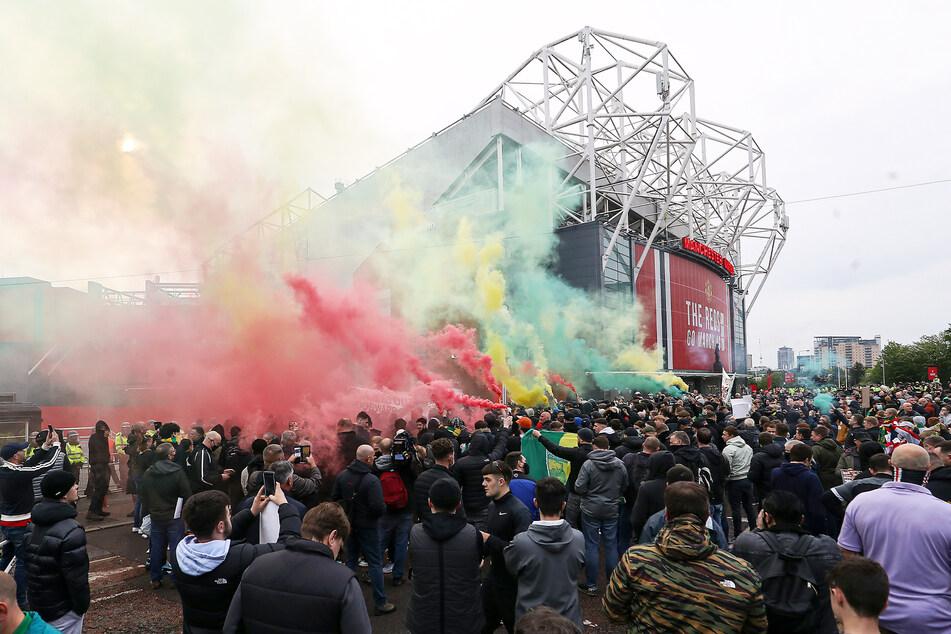 Unzählige Fans fanden sich vor dem Stadion ein.
