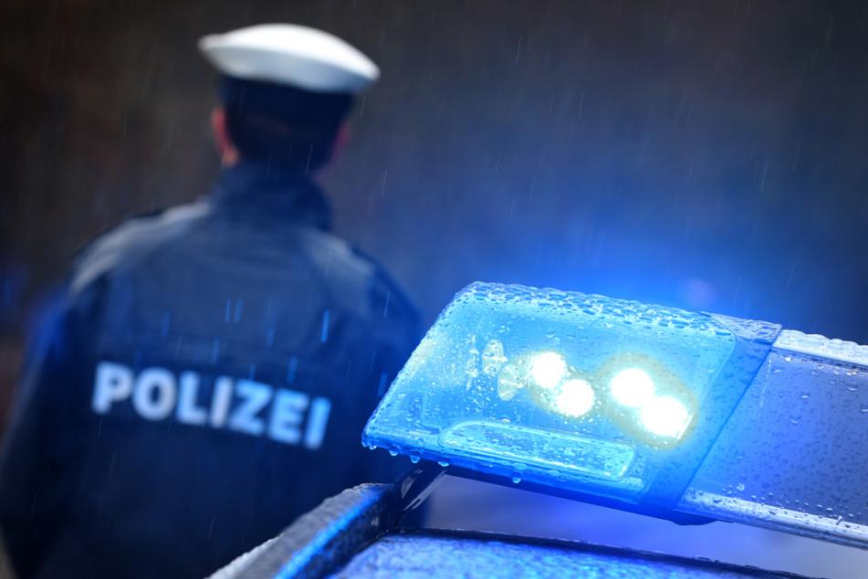 Ohne Helm und betrunken: Rollerfahrer (17) gerät unter Auto, Mitfahrer flüchtet