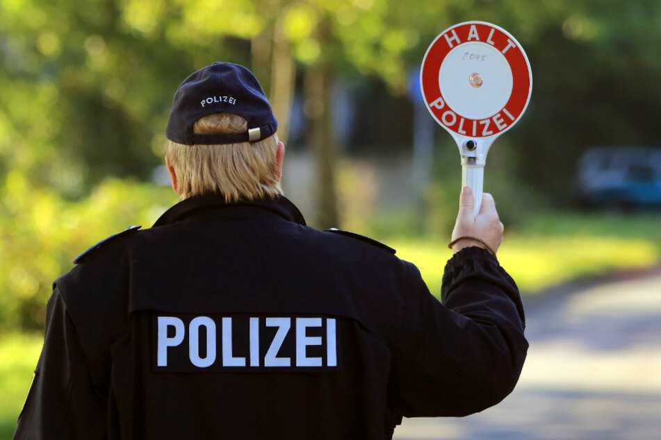 Ein 18-Jähriger ist vor einer Polizeikontrolle geflüchtet. Die Führerscheinprüfung sollte er kommende Woche ablegen. (Symbolbild)