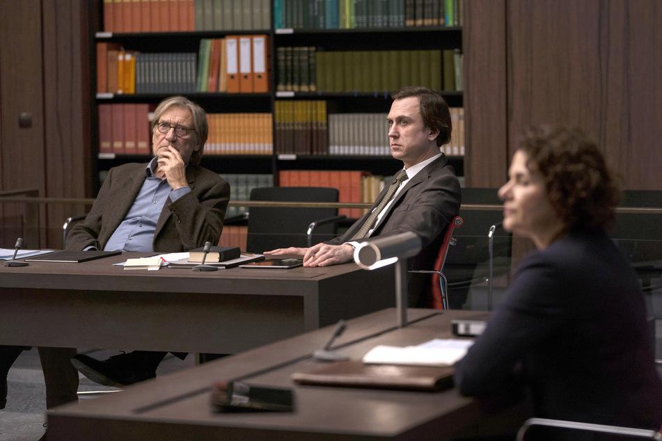 GOTT VON FERDINAND VON SCHIRACH: Die Vorsitzende (Barbara Auer) leitet die Anhörung im Fall von Richard Gärtner (Matthias Habich, li.), der von Rechtsanwalt Biegler (Lars Eidinger) vertreten wird.