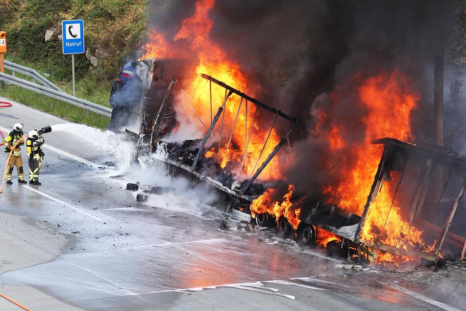 Unfall A17: Heftiges Feuer auf der A17 in Dresden: Lastwagen brennt lichterloh!