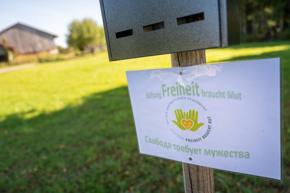 """Ein Schild mit der Aufschrift """"Stiftung Freiheit braucht Mut - Ort der ganzheitlichen Begegnung"""" hängt vor dem Gelände, auf dem sich die illegale Schule befand."""
