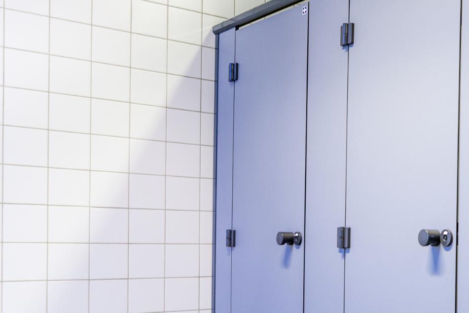 Die Polizei musste die Toilettentür von außen öffnen (Symbolbild).