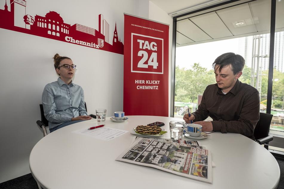 Redakteur Gabriel Schwab (r.) im Gespräch mit der Bundestagskandidatin der Grünen Karola Köpferl (31).
