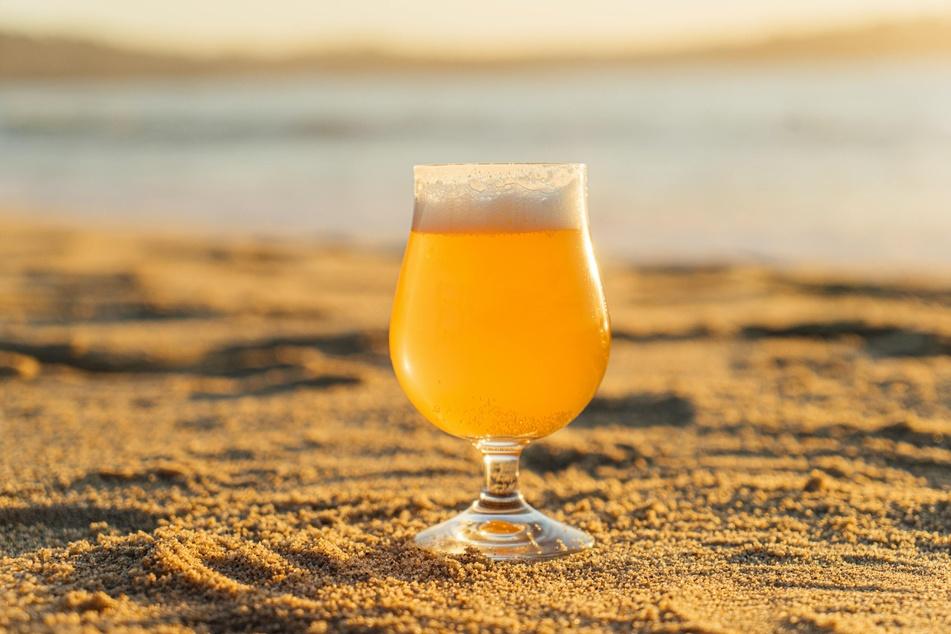 An der Strandbar könnt Ihr es Euch mit einem prickelnden Bier gutgehen lassen (Symbolbild)