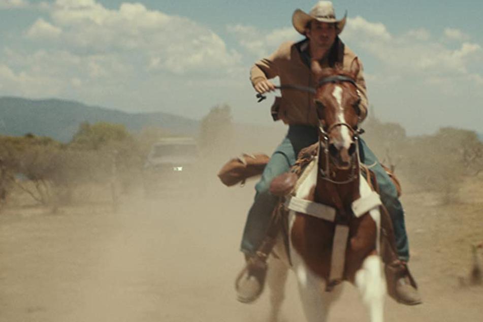 Jackson (Jake Allyn) flieht vor der Polizei, nachdem er versehentlich einen mexikanischen Jungen erschossen hat.