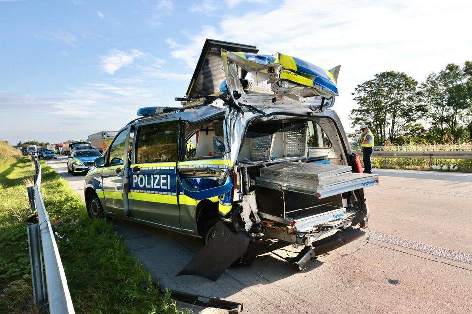 Die Beamten waren mit der Aufnahme des ersten Unfalls gerade fertig, als ein weiterer Lkw in den Unfallort raste und einen Streifenwagen der Polizei demolierte.