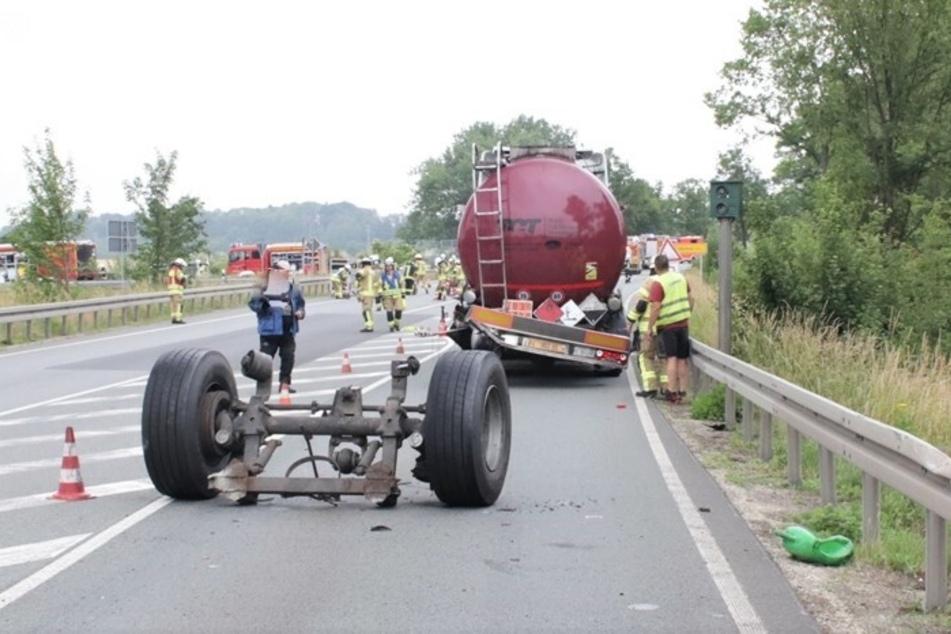 Aus dem Tank des Anhängers trat daraufhin eine ätzende Flüssigkeit aus, was eine komplette Sperrung der Straße zur Folge hatte.