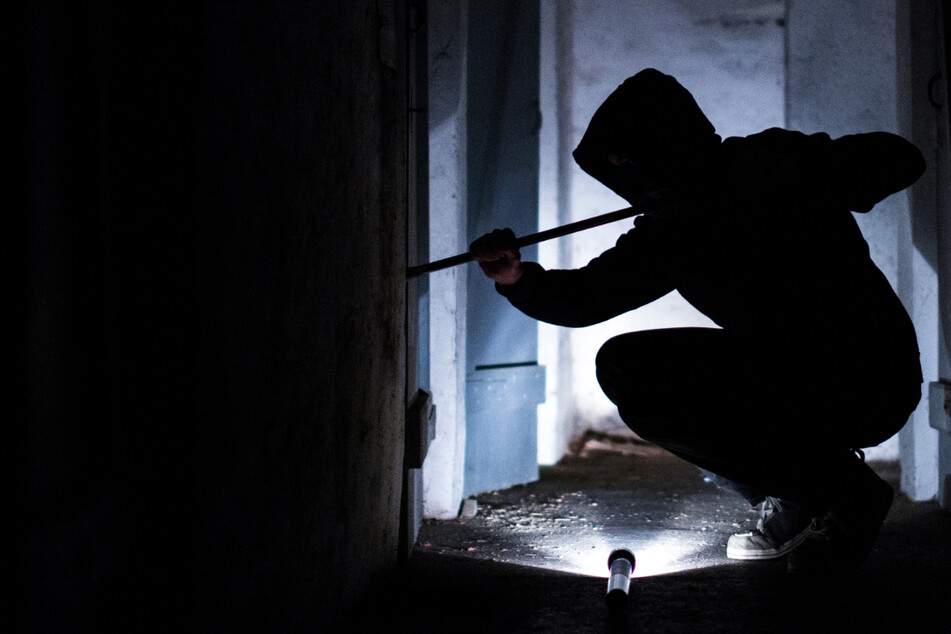 Saudumm gelaufen: Einbrecher braucht Hilfe und muss die Polizei rufen!